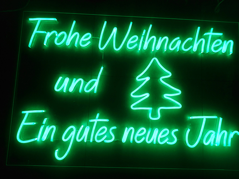 Uốn chữ Neon Sign có giá đắt hay rẻ hơn so với Neon thủy tinh truyền thống 2